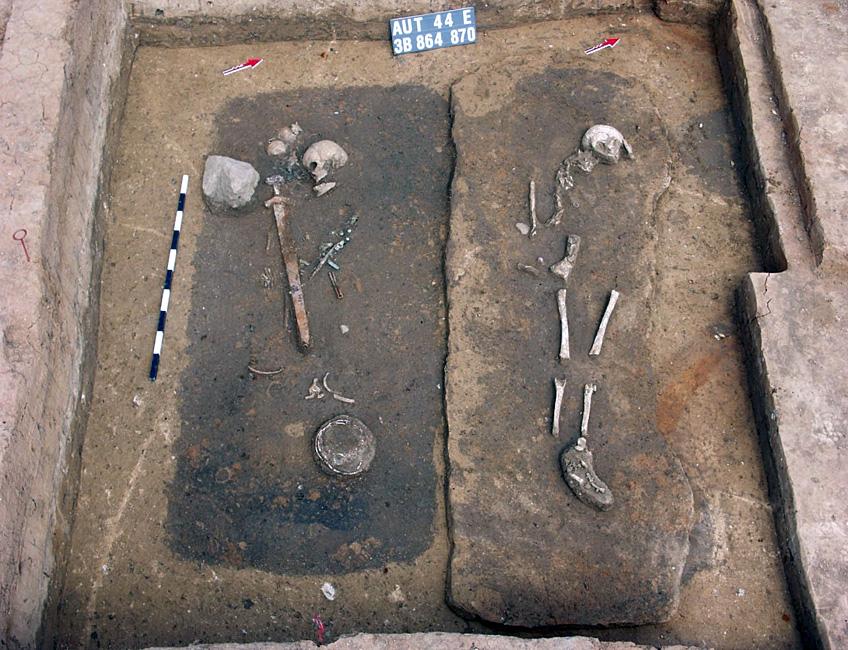 Pologne - Tombe à chambre E864 d'un jeune guerrier inhumé selon une coutume scandinave - Photo: S. Gronek