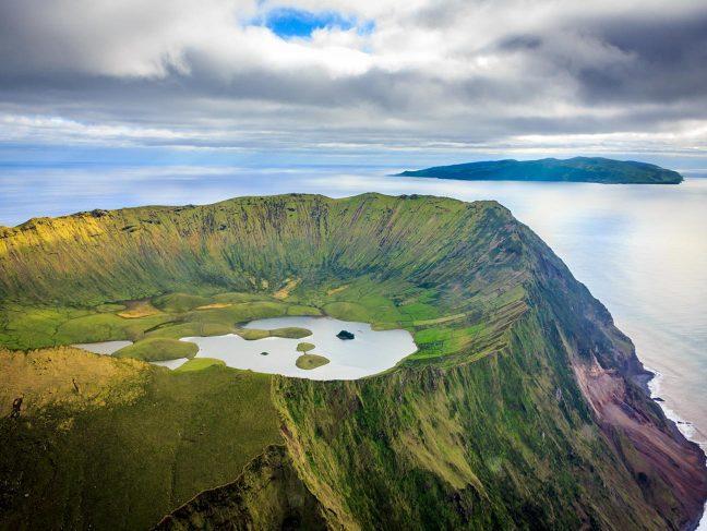 Portugal - Les Vikings, premiers colons des Açores d'après des analyses des sédiments lacustres - Photo: Lac de l'île de Corvo aux Açores