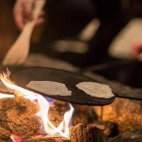 Reconstitution d'une cuisson du pain plat de l'Âge Viking - Photo: Musée Lofotr de Lofoten