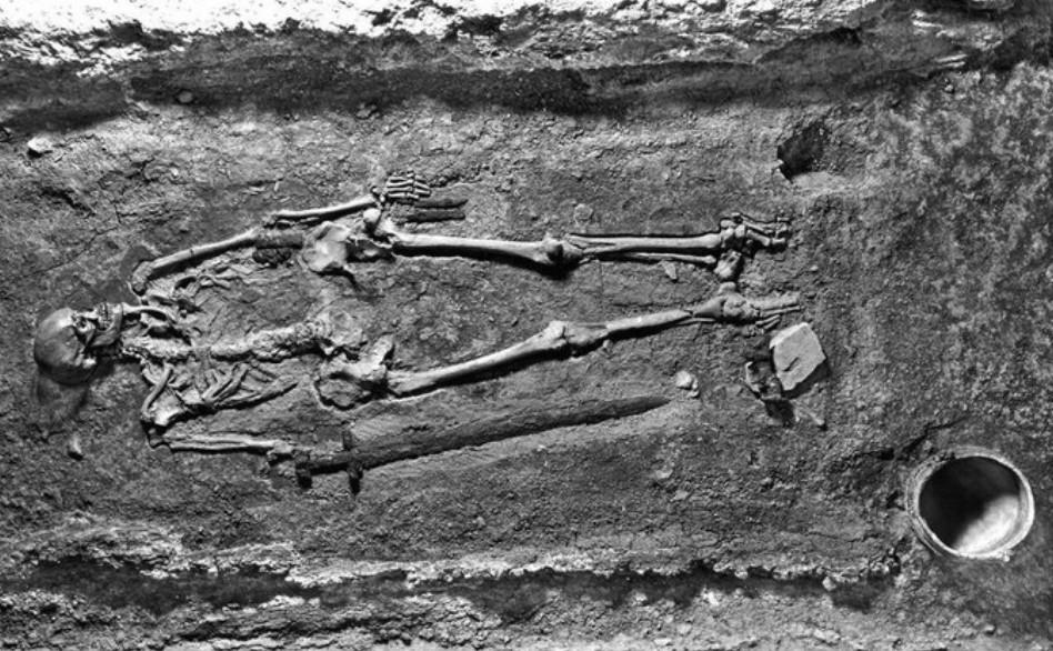 République Tchèque - Photographie du squelette du guerrier dans sa tombe peu après les fouilles de 1928 - Photo: Cambridge University Press