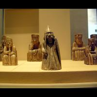 Une partie des 11 figurines du jeu d'échec de Lewis, au Musée national d'Ecosse, Royaume-Uni
