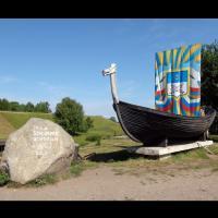 Russie - Bateau viking et pierre commémorative de la fondation de Belozersk à l'entrée du Kremlin Belozersky