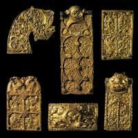 Ensemble de garnitures en bronze doré du site de Broa, Gotland, Suède, 2.8 à 3.6cm de large - Historika Museum de Stockholm