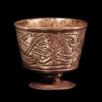 La petite coupe en argent découverte dans la sépulture royale de Jelling