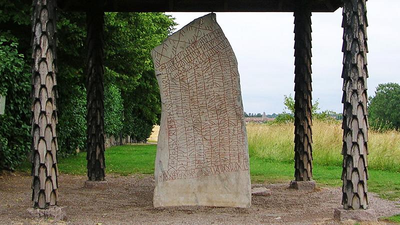 Suède - La pierre de Rök - Photo: Håkan Svensson