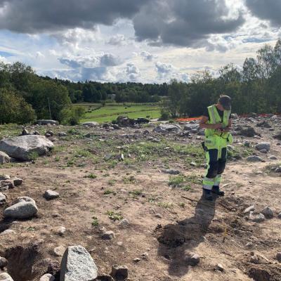 Suède - Les vestiges de la ferme viking de Vikby et au fond, la prairie où se trouvait autrefois la baie - Photo: Arkeologerna