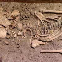 Tombe du Xème siècle à Birka de la fillette rebaptisée Disa, avec perles, broche et couteau - Photo: Musée historique de Stockholm