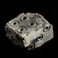 Un dé de l'Âge Viking, endommagé par le feu et présentant une numérotation incohérente, découvert lors des fouilles de Coppergate, York (Royaume-Uni). Photo par Jorvik Viking Centr
