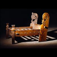 Un des 3 lits trouvés dans la sépulture d'Oseberg - Photo du musée de l'Histoire culturelle d'Oslo