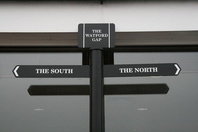 Angleterre - Le panneau de signalisation du Watford gap